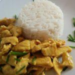 Pollo al curry condito con riso basmati