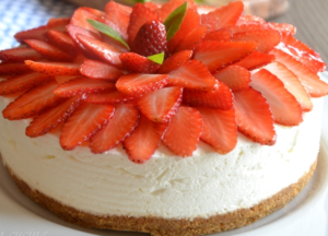 cheesecake con panna e fragole per la decorazione